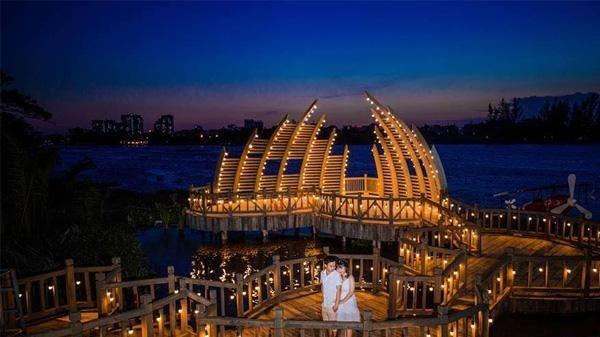 Cây cầu chính là điểm nhấn của phim trường, tạo ra một không gian độc đáo và thú vị để du khách đến tham quan, chụp ảnh. Cầu được đặt ở vị trí ven sông Sài Gòn nên càng thoáng mát và lãng mạn.