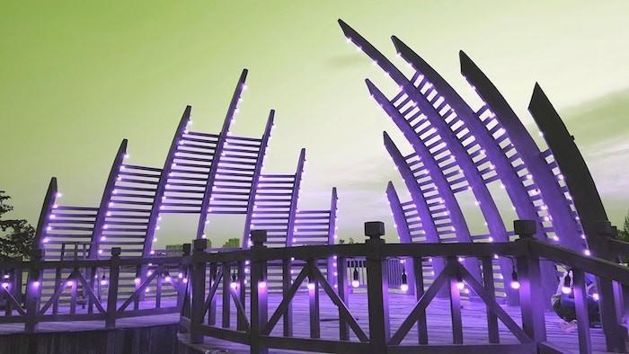 Vào buổi tối, cây cầu gỗ lung linh trong màn đêm nhờ được trang hoàng bằng hệ thống đèn đa màu sắc từ vàng, hồng cho đến tím khiến không gian trở nên mơ màng và đẹp hơn. Nhìn từ xa, cây cầu lại giống như một lâu đài nguy nga, tráng lệ mang đậm phong cách cổ điển Châu Âu.