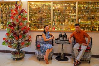 """Với niềm đam mê nghệ thuật, hơn 15 năm qua, ông Đinh Nguyên Bình (50 tuổi, ở quận Tân Phú, TP HCM) sưu tầm và tái chế vỏ chai thủy tinh, nắp nhựa thành những vật dụng quen thuộc trong gia đình.  """"Ngôi nhà cho lại"""" là tên nói lái được vợ chồng ông Bình hóm hỉnh đặt, bởi hầu hết nội thất trong căn nhà từ đều làm bằng chai lọ."""