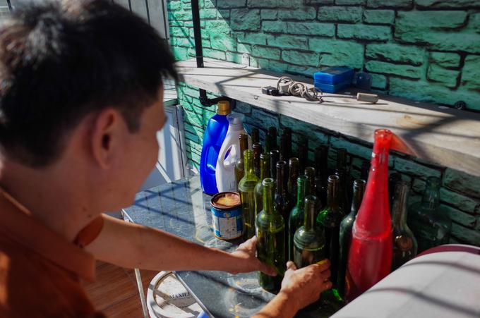 """""""Từ thời trẻ tôi có sở thích sưu tầm các chai rượu mẫu. Lúc đầu cũng chưa có ý tưởng làm đồ nội thất bằng chai lọ đâu, chỉ thấy bạn bè hay vứt những chai thủy tinh nên tôi xin về rồi để ở nhà. Lúc rảnh rỗi thì thử làm những đồ vật nhỏ như ly nước, gạt tàn thuốc lá… rồi đam mê tái chế lúc nào không hay"""", ông Bình kể. Ông cho biết, hiện trong nhà chứa khoảng 10.000 chai thủy tinh với đủ kích cỡ, màu sắc và xuất xứ."""