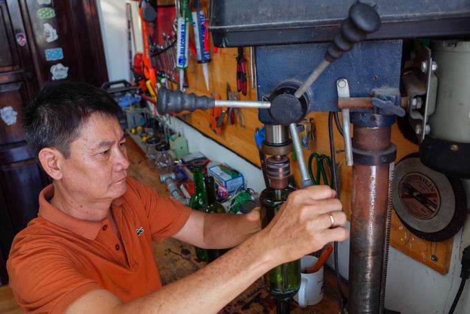 """Vốn là chủ kinh doanh đồ cơ khí, ông Bình tận dụng các loại máy móc tại nhà để tái chế những chai thủy tinh thành vật dụng trong gia đình. """"Thông thường để làm ra sản phẩm sản phẩm tái chế từ chai lọ phải mất rất nhiều thời gian, có khi vài năm để hoàn thiện. Khó nhất là khâu lên ý tưởng, sau đó sưu tầm các loại chai đồng dạng, sơn rửa rồi gia công sản phẩm"""", ông nói."""