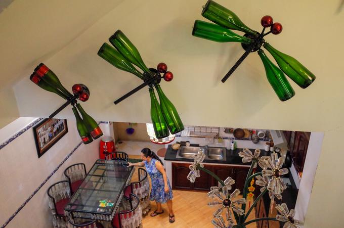 Những chiếc chai thủy tinh được ông tái chế thành con chuồn chuồn, bình hoa trưng bày tại nhà. Ông cho biết, toàn bộ ý tưởng về đồ vật tái chế đều xuất phát từ tình yêu dành cho gia đình.