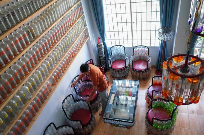 Tất cả các phòng trong căn nhà ba tầng gia đình ông đều chứa các đồ dùng tái chế. Tại tầng hai, ông thiết kế một quầy bar nhỏ cùng bộ bàn ghế và dàn đèn chiếu sáng bằng các loại vỏ chai thủy tinh.