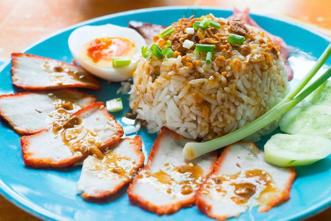 Khao Moo Daeng (cơm xá xíu) SHUTTERSTOCK