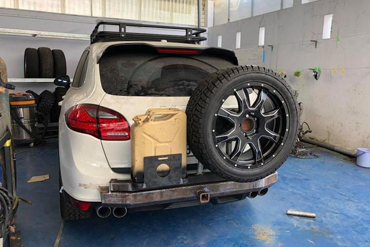 Ở ngoại thất chiếc SUV hạng sang Porsche Cayenne này đã được chủ nhân độ lại cản va trước/sau hầm hố hơn so với xe nguyên bản. Chưa dừng lại đó, chủ nhân chiếc Porsche Cayenne này còn nâng cấp mâm và lốp gai chuyên dụng dành cho xe địa hình nhằm giúp chiếc SUV hạng sang có thể băng rừng lội suối dễ dàng hơn.