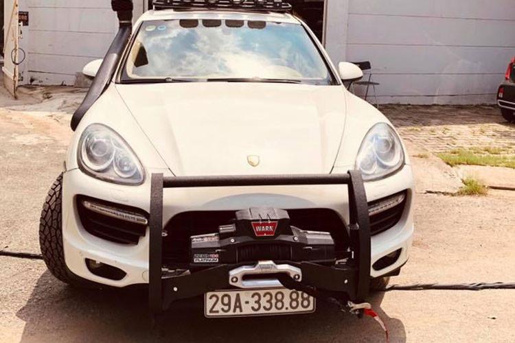 Ngoài ra, chiếc Porsche Cayenne độ khủng này còn được chủ nhân trang bị thêm bánh dự phòng đặt ở phía sau, bậc cửa lên xuống bằng kim loại và cả giá chằng đồ trên nóc xe cùng dàn LED chiếu sáng hùng hậu.