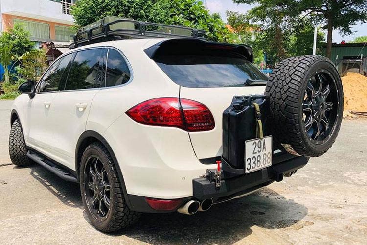 Chủ nhân chiếc Porsche Cayenne này còn nâng cấp mâm và lốp gai chuyên dụng dành cho xe địa hình. Ngoài ra, chiếc xe sang off-road này còn được trang bị thêm tời kéo xe tự động điều khiển bằng remote.