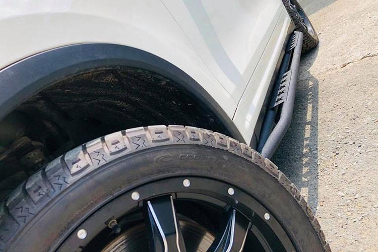 Điểm nhấn cuối cùng trên bản độ chiếc SUV hạng sang Porsche Cayenne màu trắng này còn có bộ ống thở Safari đặt bên hông xe có thể giúp xe lội nước tốt hơn. Trước đó, Chủ tịch Trung Nguyên, ông Đặng Lê Nguyên Vũ cũng đã từng độ cho chiếc Porsche của mình theo phong cách này.