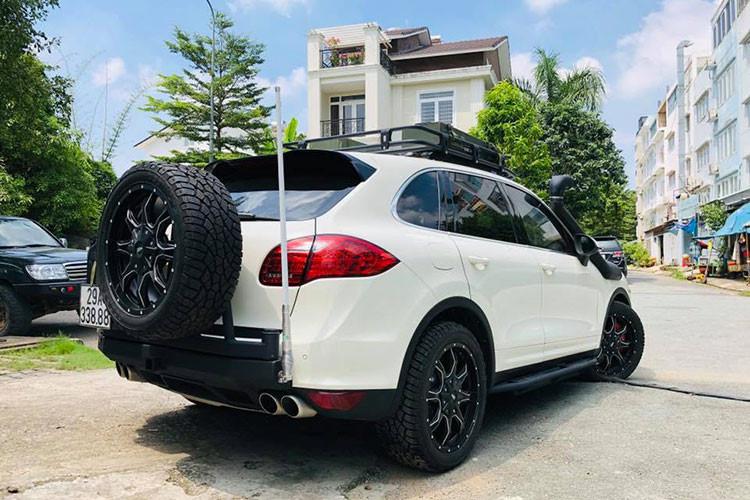 Được biết, Đây là chiếc Porsche Cayenne thứ 3 tại Việt Nam bị bắt gặp độ phong cách off-road hầm hố như thế này. Chỉ tính riêng chi phí lắp đặt ống thở Safari cho xe cũng khoảng hơn 12 triệu đồng.