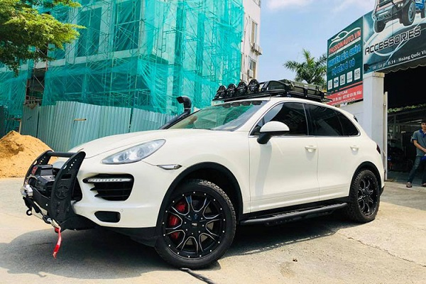 """Hình ảnh về bản độ của một chiếc SUV hạng sang Porsche Cayenne tiền tỷ được một xường độ ở Sài Gòn """"chế cháo"""" theo phong cách off-road mới đây xuất hiện trên mạng xã hội đã nhận được sự quan tâm không nhỏ từ giới chơi xe trong khắp cả nước, cũng như cộng đồng mạng."""