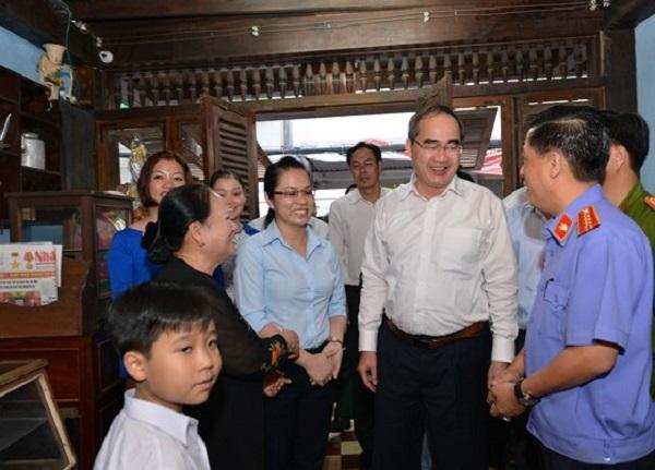 Anh Trần Vũ Bình (bìa phải) đón tiếp Bí thư Thành ủy TPHCM Nguyễn Thiện Nhân tại căn nhà số 113A Đặng Dung