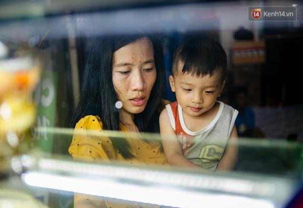 Cậu con trai nhỏ của anh Lê Văn Quang (30 tuổi) và chị Lương Thị Nhi (28 tuổi) mang một cái tên đặc biệt - Lê Quang Thạc, nhằm ghi dấu sự kiện cậu bé được sinh ra sau khi cả hai vợ chồng đều bảo vệ thành công luận án thạc sĩ vào năm 2016.