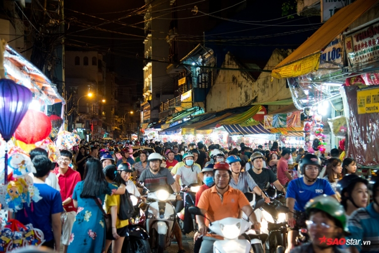 Lượng khách tham quan tăng đột biến khiến các tuyến đường xung quanh khu phố trở nên kẹt xe