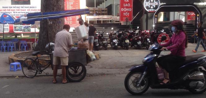 """Vẫn """"sống tốt"""" ở Sài Gòn dù chỉ mưu sinh với xe bán cháo lòng..."""