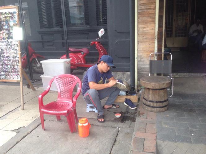 ... hay hành nghề đánh giày ẢNH: X.P