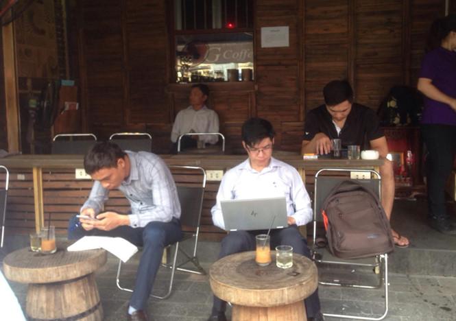 Nhịp sống Sài Gòn luôn tất bật, đôi khi nhiều người phải giải quyết công việc khi đang cà phê ẢNH: X.P