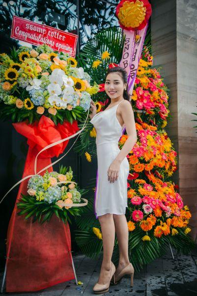 Hoa hậu nhân ái Châu Á 2017 Linh Huỳnh duyên dáng đầm trắng tại buổi khai trương
