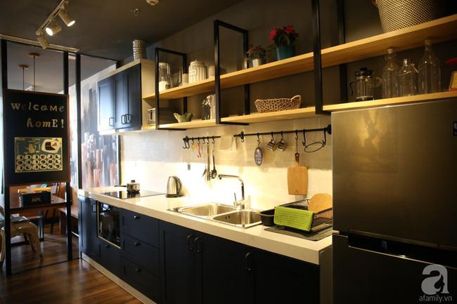 Góc bếp được thiết kế linh hoạt với hệ thống tủ phía dưới và kệ phía trên.