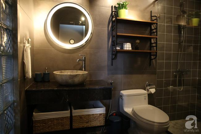 Phòng tắm cũng được chọn gam màu tối để tăng thêm vẻ đẹp sang trọng, thư thái khi sử dụng. Khu vực thư giãn hàng ngày của mọi người trong gia đình tuy có phần hơi chật chội nhưng thiết bị được lựa chọn hiện đại và xinh xắn, tăng thêm nét đẹp sang trọng cho phòng tắm.