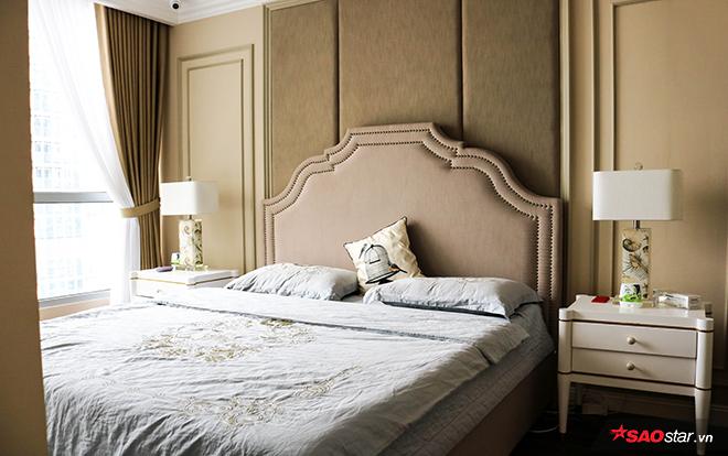 Phòng ngủ ấm cúng tràn ngập ánh sáng của bà mẹ hai con giỏi giang.