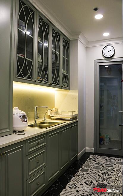 Căn bếp nhỏ nhắn, gọn gàng với sàn gạch bông đen trắng đầy chất nghệ làm điểm nhấn.