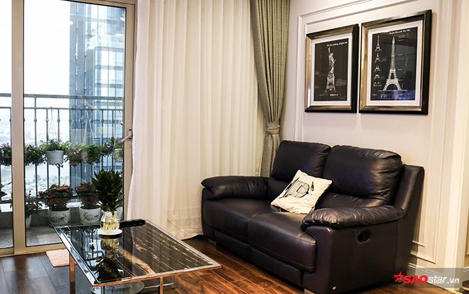 Phòng khách đơn giản đặt kế ban công hưởng trọn ánh sáng tự nhiên.