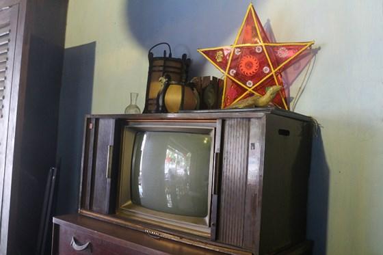 Chiếc ti vi cổ được trưng bày ở một góc quán