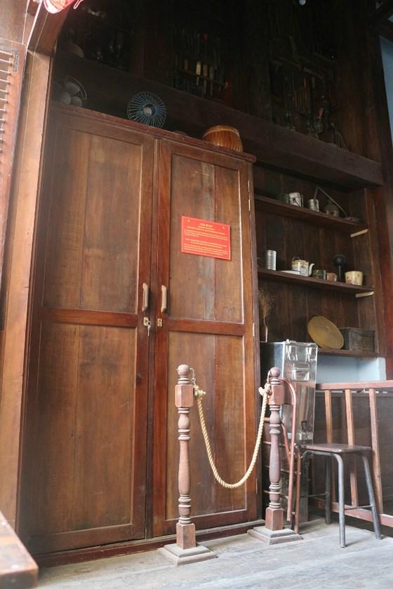 Hầm bí mật dưới đáy tủ quần áo, dùng để trú ẩn và thoát ra ngoài khi có động