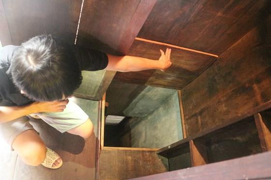 Khi có động hoặc bị lộ, các chiến sĩ biệt động vào bên trong khóa trái cửa, cạy tấm ván đáy tủ lên và thoát ra ngoài bằng đường bí mật ra các đường Trần Quang Khải, Nguyễn Văn Nguyễn và Hai Bà Trưng