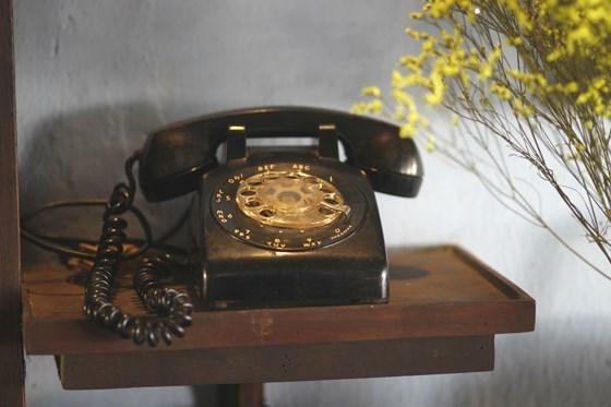 Chiếc điện thoại quay số được đặt nguyên ở vị trí năm xưa trong ngôi nhà