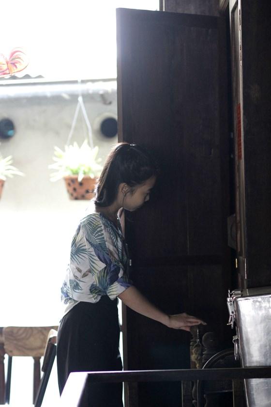 Hoàng Linh đang tìm hiểu về hầm bí mật