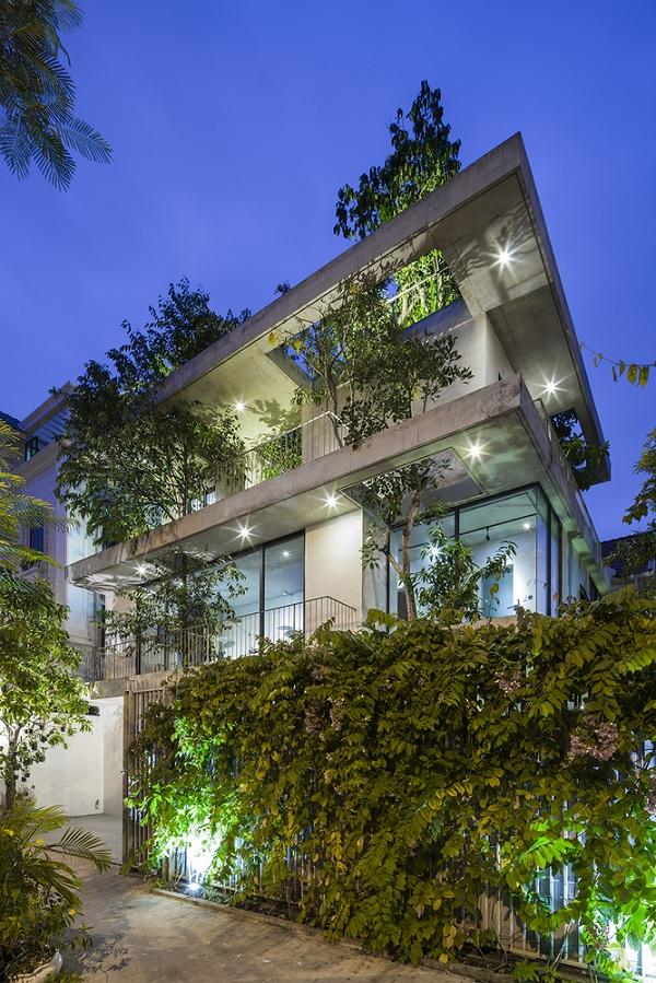 Về đêm, ngôi nhà đẹp lung linh dưới ánh điện.
