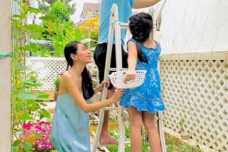 Công Vinh – Thủy Tiên được biết đến như một cặp sao Việt hạnh phúc và quyền lực nhất làng giải trí. Ngoài thời gian dành cho công việc, Thủy Tiên còn tự tay chăm sóc vườn rau mỗi ngày trong biệt thự triệu USD ở quận 7 (TP HCM). Ảnh: FB Thủy Tiên.