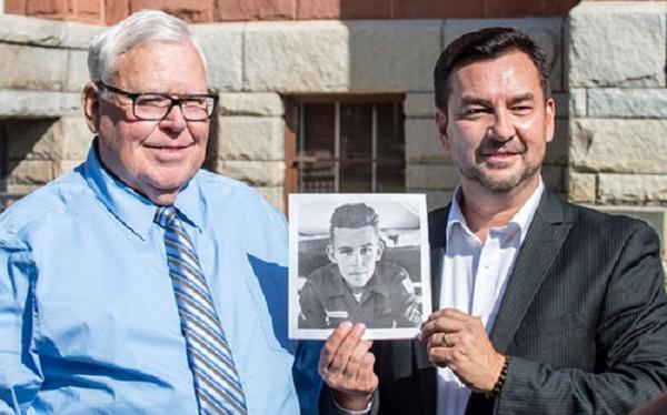 Hugh Nguyen đứng cạnh cha ruột Roy Patterson và cầm bức ảnh của ông khi còn là một binh lính Mỹ 18 tuổi.