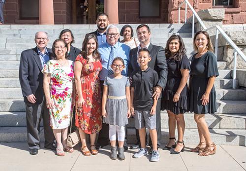 Hugh Nguyen và ông Roy Patterson chụp ảnh cùng gia đình của Hugh tại tòa án quận Cam ở Santa Ana hôm 21/9.