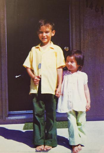 Hugh Nguyen và em gái cùng mẹ khác cha Linda những ngày đầu sang Mỹ.