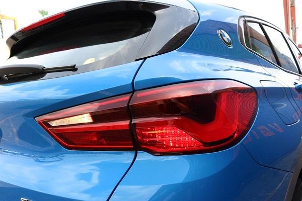 Cụm đèn hậu hình chữ L cách điệu cũng là một điểm đặc trưng trong thiết kế của BMW X2.