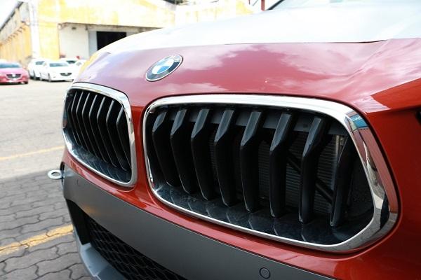 Cận cảnh lưới tản nhiệt hình quả thận đã được BMW X2 táo bạo lật ngược để tạo nên nét phá cách đặc biệt trong thiết kế.