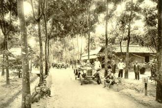 Theo tư liệu từ trang Belle Indochine của Pháp, vào năm 1926, đã có tổng cộng 10.299 xe cơ giới được đăng ký trên toàn Đông Dương, gồm 5678 chiếc ở Nam Kỳ, 2866 chiếc ở Bắc Kỳ, 966 chiếc ở Trung Kỳ, 683 chiếc ở Campuchia và 106 chiếc ở Lào. Ảnh: Xe hơi tại một đồn điền cao su ở Nam Kỳ, khoảng năm 1931