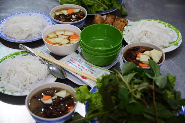 Bún chả Xuân Tứ là một địa chỉ ẩm thực Hà Nội quen thuộc của người Sài Gòn