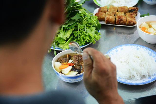 """Nước chấm được xem là """"linh hồn"""" của món ăn. Chủ quán """"bật mí"""" bí quyết của nước chấm Xuân Tứ, đó là có vị ngọt của nước thịt ép và nước mắm phải được nấu sôi. Trong tô bún chả còn có đồ chua là đu đủ xanh, cà rốt"""