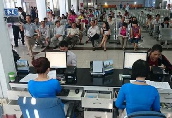 Hành khách mua vé tàu tại ga Sài Gòn.
