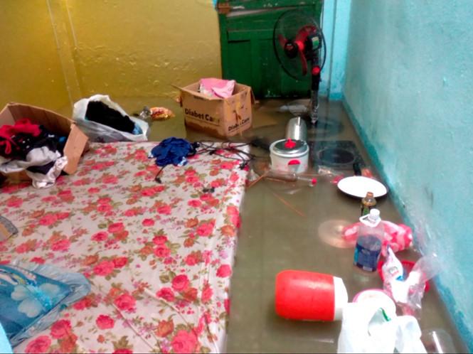 """Vật dụng trong nhà """"trôi lơ đãng"""" khi mưa trút nước, phòng trọ ngập ẢNH: XUÂN PHƯƠNG"""