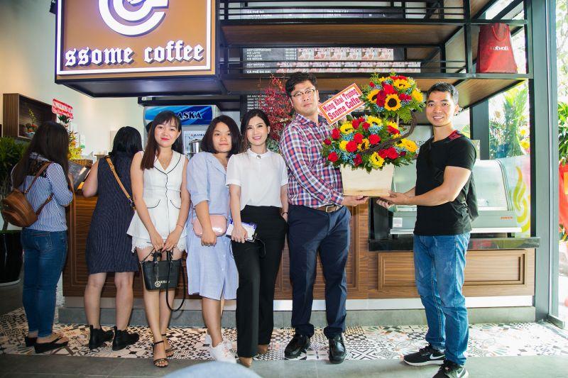 Bạn bè chúc mừng khai trương SSome