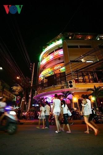 Nhịp sống ở phố Tây luôn ồn ào, náo nhiệt; sự ồn ào náo nhiệt ấy về đêm càng rõ. Những khách du lịch ban ngày có thể đi chơi những điểm xa thành phố, và tối trở về thì nơi đây trở thành không gian thư giãn, giải trí, là nơi nghỉ ngơi ăn uống và để họ hoà mình vào cuộc sống vỉa hè phố thị.