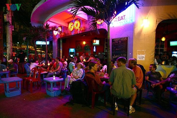 Những nhà hàng, quán bar nằm ở góc luôn gây ấn tượng và được ưa thích bởi có tầm nhìn với vỉa hè rộng. Đây là Bar Go2 ở góc phố Đề Thám – Bùi Viện, khá nổi tiếng ở khu phố Tây.