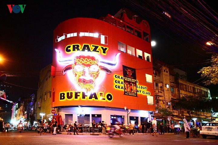 Còn đây là Bar Crazy Buffalo cũng nằm ở góc ngã tư phố Đề Thám – Bùi Viện, có một bề ngoài  ấn tượng và choáng ngợp