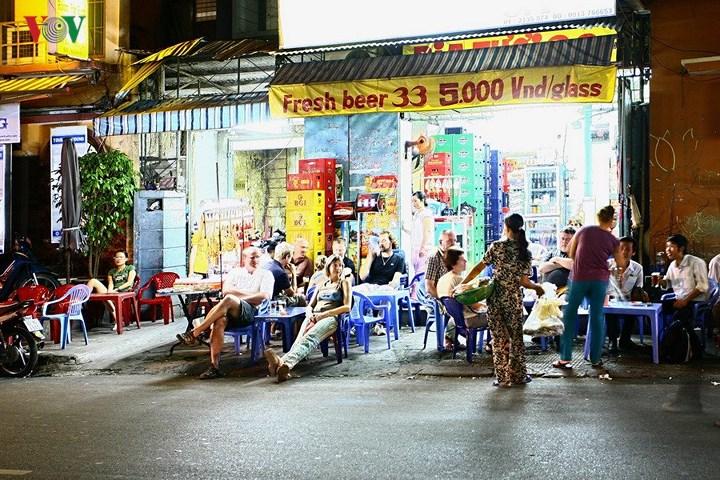 Cũng có rất nhiều khách không chọn những nhà hàng quán bar mà thích ngồi ở những quán vỉa hè rất bình dân, với giá rất rẻ như thế này.