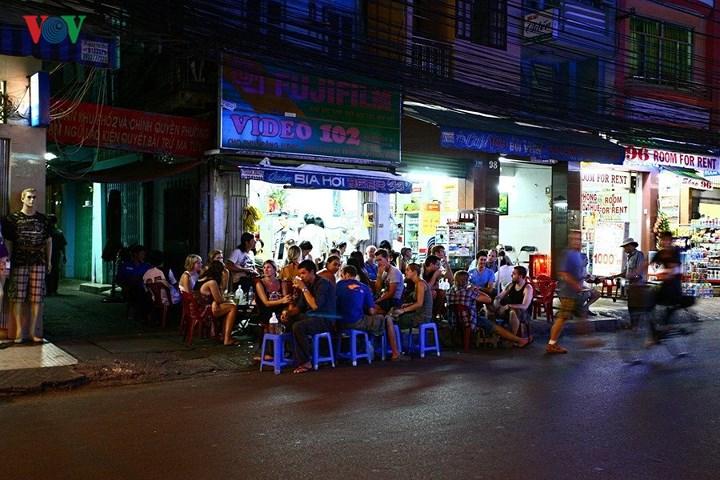 Rất đông trong một diện tích nhỏ hẹp. Không hề gì, miễn là vui và hoà mình vào cuộc sống vỉa hè nhộn nhịp của Sài Gòn