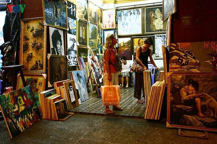 Ở một cửa hàng tranh trên phố Bùi Viện.